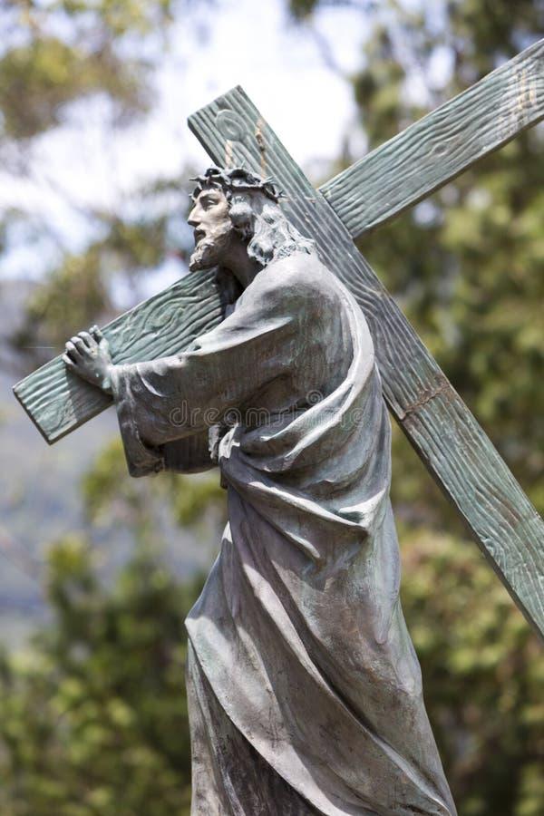 Chrystus antykwarska statua niesie Chrześcijańskiego krzyż w Bogota obraz royalty free