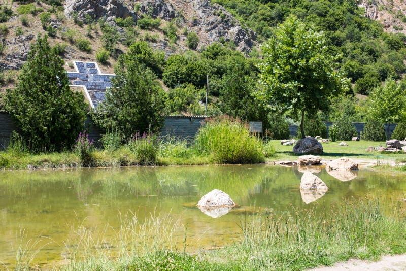 Chrystus i część jezioro przy terytorium baby Vanga kompleks, Rupite, Bułgaria zdjęcia stock