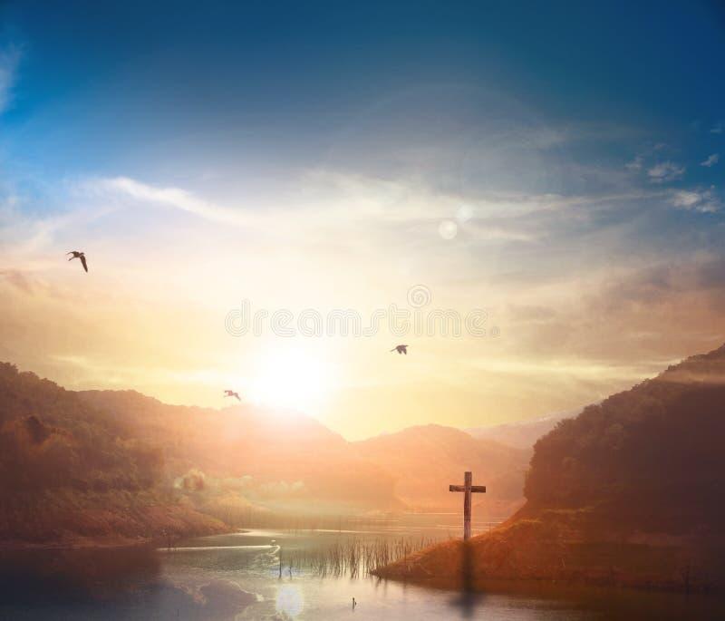 Chrystus Jezusowy narodziny i wskrzeszania pojęcie: Sylwetka krzyż na Kalwaryjskim halnym zmierzchu tle obraz royalty free