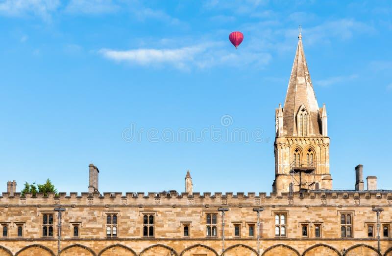 Chrystus kościół z gorącym ballon lataniem przechodził w uniwersytet oksford obrazy stock