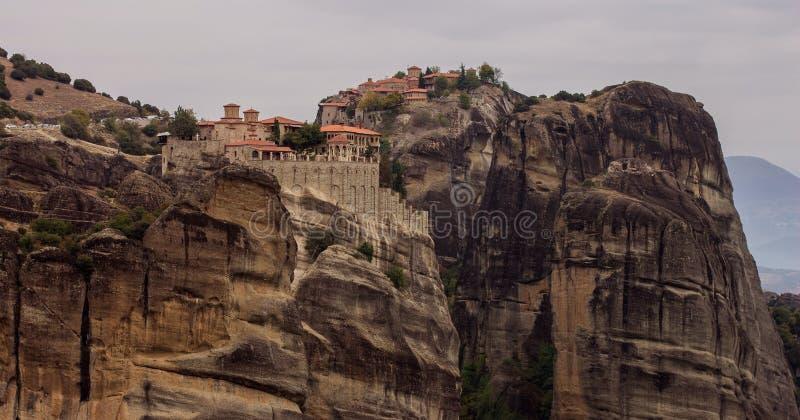 Chrześcijański klasztor górski pielgrzymka religia cel dla wierzących w Grecji wspaniałe skaliste pustynie górskie zdjęcia royalty free