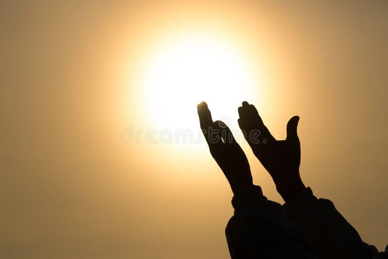 Chrześcijańskie kobiet ręki ono modli się bóg kobieta one Modlą się dla boga błogosławi życzyć lepszy życie błagać dla przebaczen zdjęcia stock