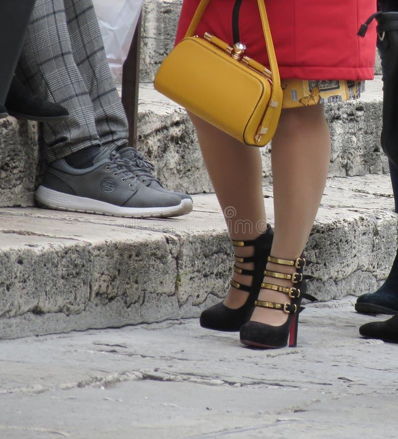 Chrześcijanin Louboutin cztery patki pięty w Paryż zdjęcie royalty free