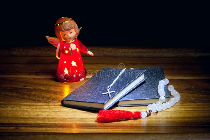 Chrześcijanin rezerwuje z krzyżem, koralikami i postacią anioł, zdjęcie royalty free