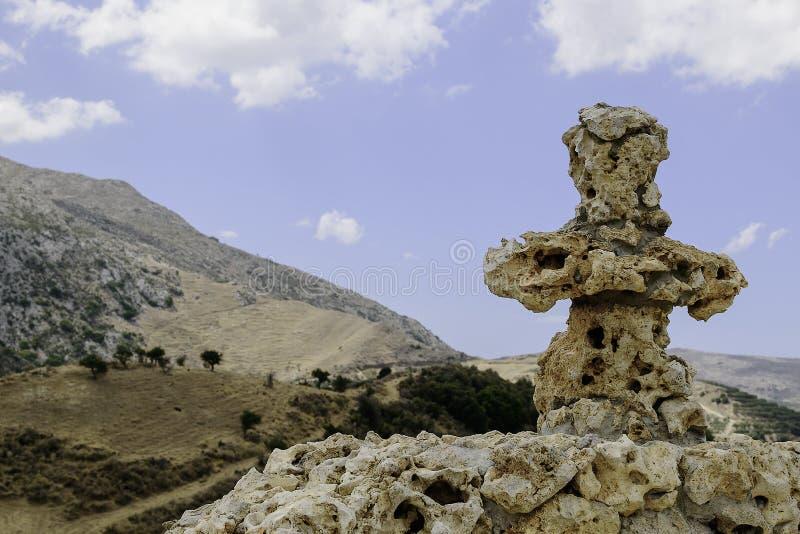 Chrześcijanina kamienia krzyż na tle chmurny niebo i wysokie góry zdjęcie royalty free
