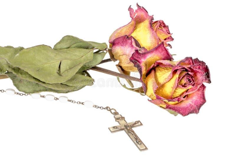 Chrześcijanina krzyż na różanu i żółta czerwieni róża odizolowywająca na bielu zdjęcie royalty free