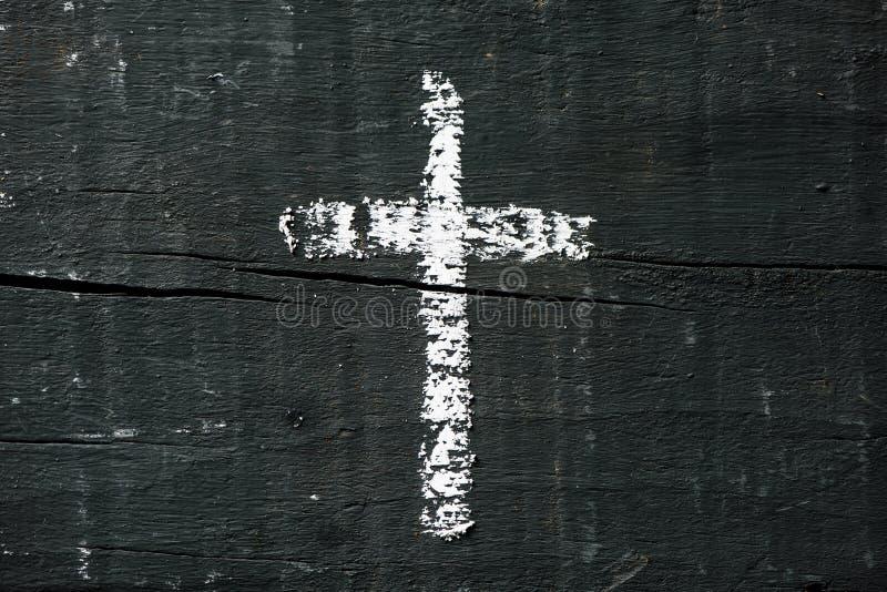 Chrześcijanina krzyż na zmroku - szara drewniana powierzchnia obraz stock