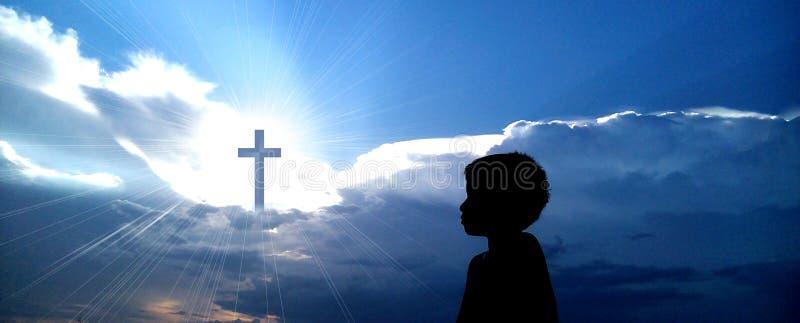Chrześcijanina krzyż z chłopiec modleniem fotografia royalty free