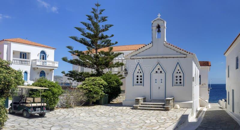 Chrze?cijanin, Ortodoksalny ko?ci?? w g?r? Andros wyspy, Grecja, Cyclades zdjęcia royalty free