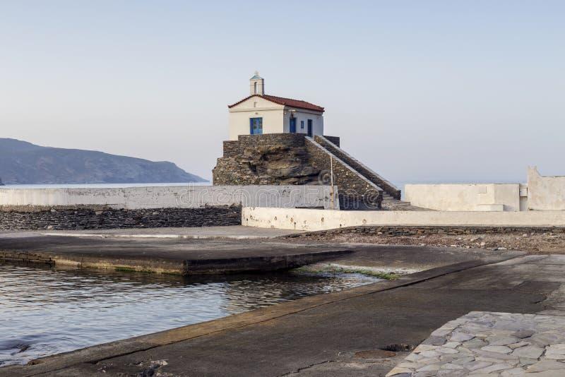 Chrze?cijanin, Ortodoksalny ko?ci?? w g?r? Andros wyspy, Grecja, Cyclades zdjęcie stock