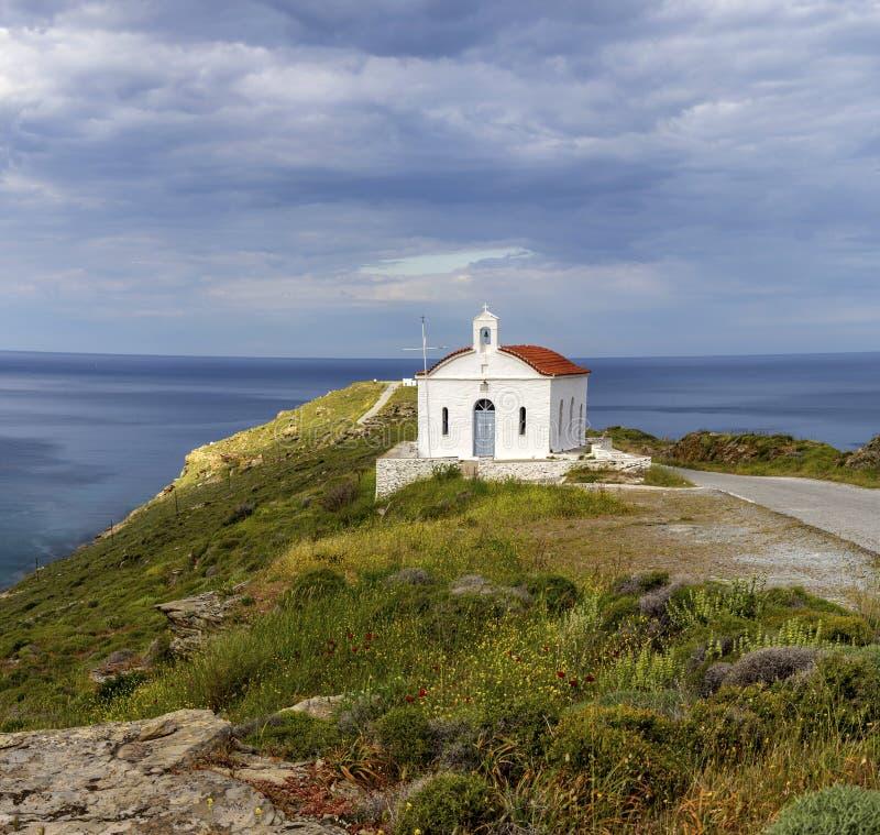 Chrze?cijanin, Ortodoksalny ko?ci?? w g?r? Andros wyspy, Grecja, Cyclades zdjęcia stock