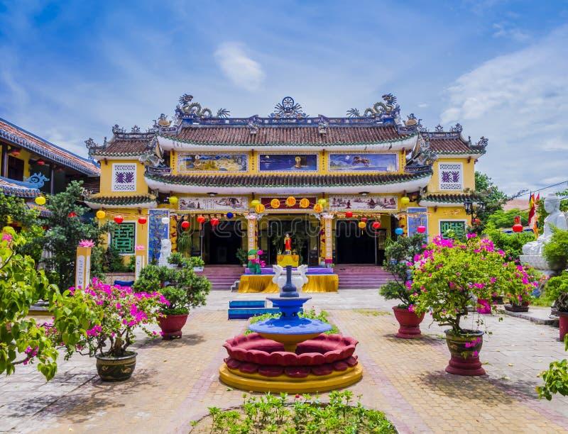 Chua Phap Bao Pagoda durch einen Hofgarten mit Blumen- und Bonsaibäumen, Hoi An, Vietnam lizenzfreie stockfotografie