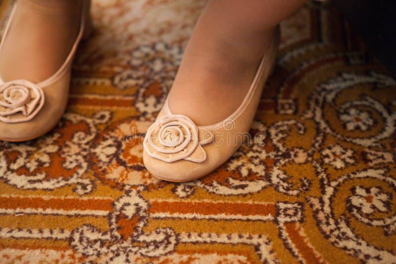 Chubby θηλυκά πόδια στα μπεζ παπούτσια στοκ εικόνες
