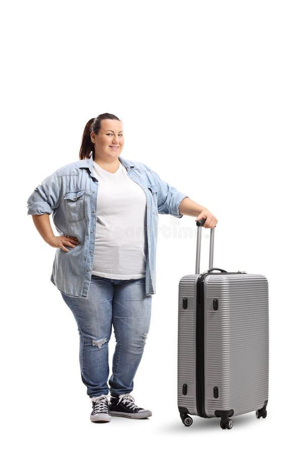 Chubby νέα γυναίκα με μια βαλίτσα στοκ φωτογραφία με δικαίωμα ελεύθερης χρήσης