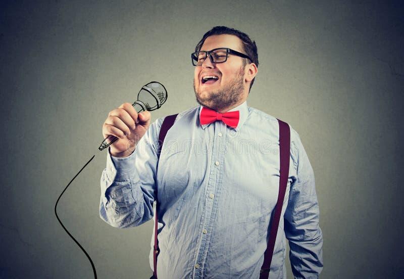Chubby νεαρός άνδρας που τραγουδά εκφραστικά στοκ φωτογραφίες