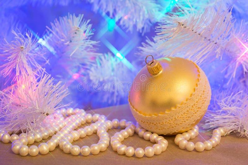 Chuchería de cristal de oro de la Navidad con la guirnalda de la perla natural imagen de archivo libre de regalías
