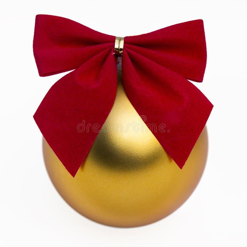 Chuchería del oro y cinta roja foto de archivo libre de regalías