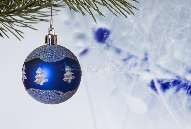 Chuchería que cuelga en un árbol de navidad imagenes de archivo