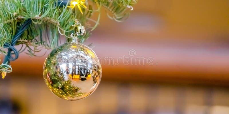 Chuchería reflexiva que cuelga en un árbol de navidad fotos de archivo libres de regalías
