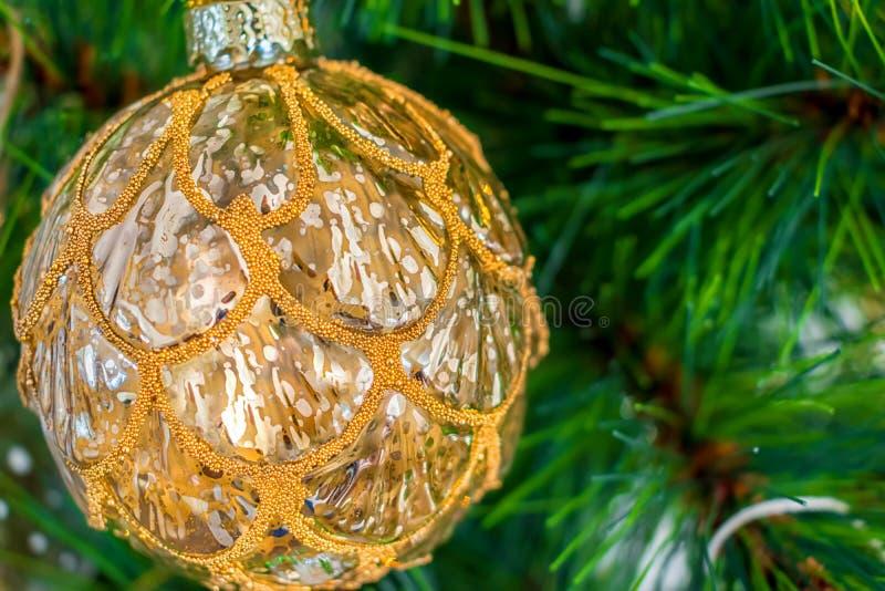 Chuchería y decoración de oro del árbol de navidad fotografía de archivo