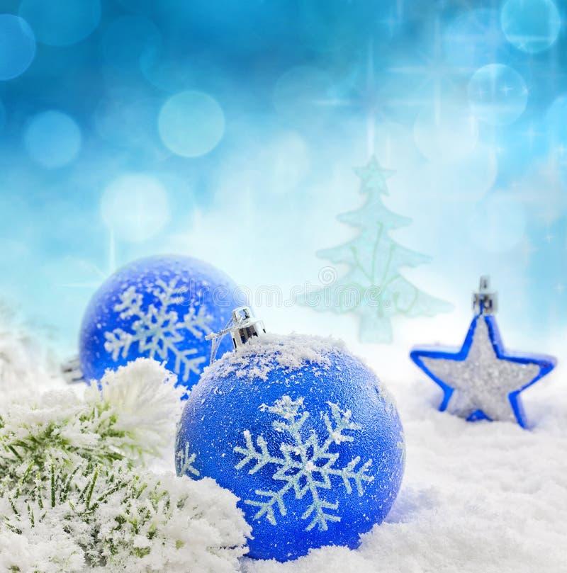 Chucherías azules de la Navidad en fondo de la nieve imagen de archivo libre de regalías