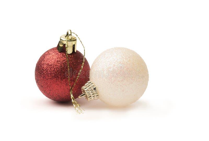 Chucherías brillantes rojas y blancas de la Navidad del brillo aisladas en un puro foto de archivo