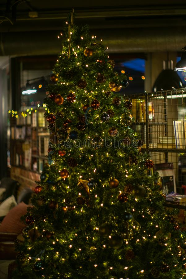 Chucherías de cristal coloridas y otras decoraciones en un árbol de navidad en Londres - 4 foto de archivo libre de regalías