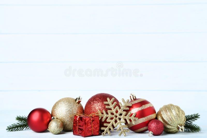 Chucherías de la Navidad con la caja de regalo imagenes de archivo