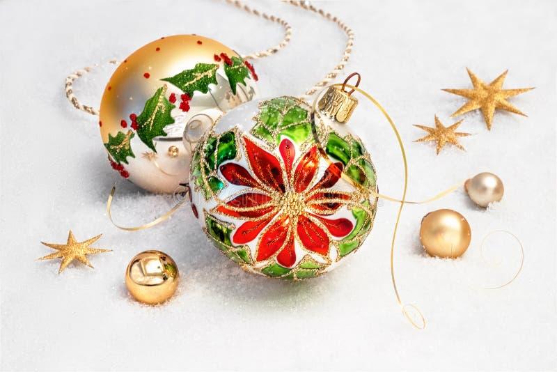 Chucherías de la Navidad con diseño de la poinsetia y las decoraciones de oro foto de archivo