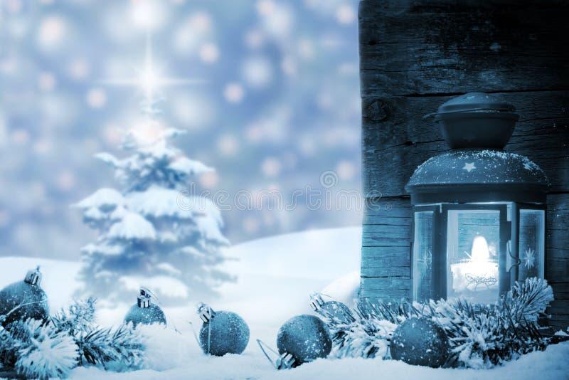 Chucherías de la Navidad con nieve y el árbol de la linterna imágenes de archivo libres de regalías