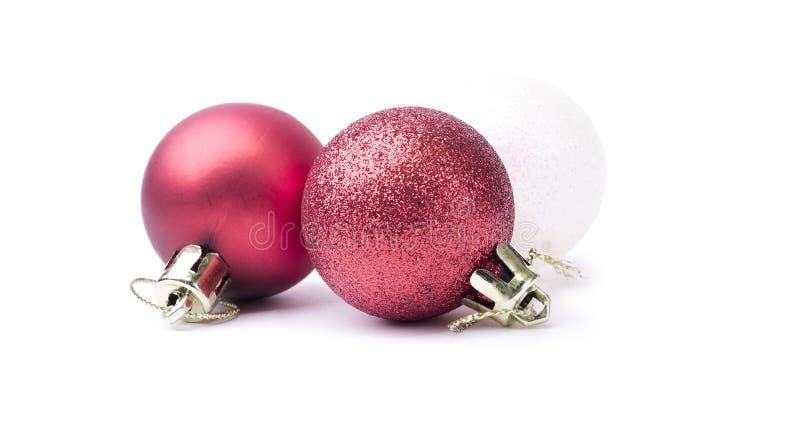 Chucherías de la Navidad roja y blanca del brillo brillante aisladas en un puro imagenes de archivo