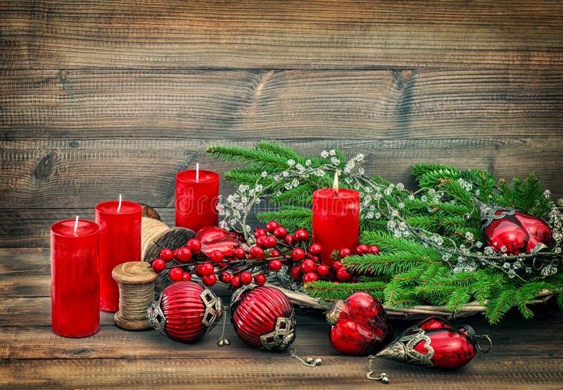 Chucherías de los ornamentos de las decoraciones de la Navidad que queman el vintage de las velas imagen de archivo