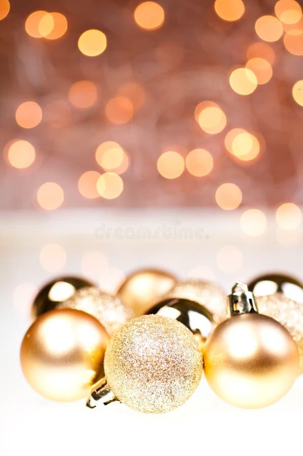 Chucherías de oro de la Navidad fotos de archivo libres de regalías