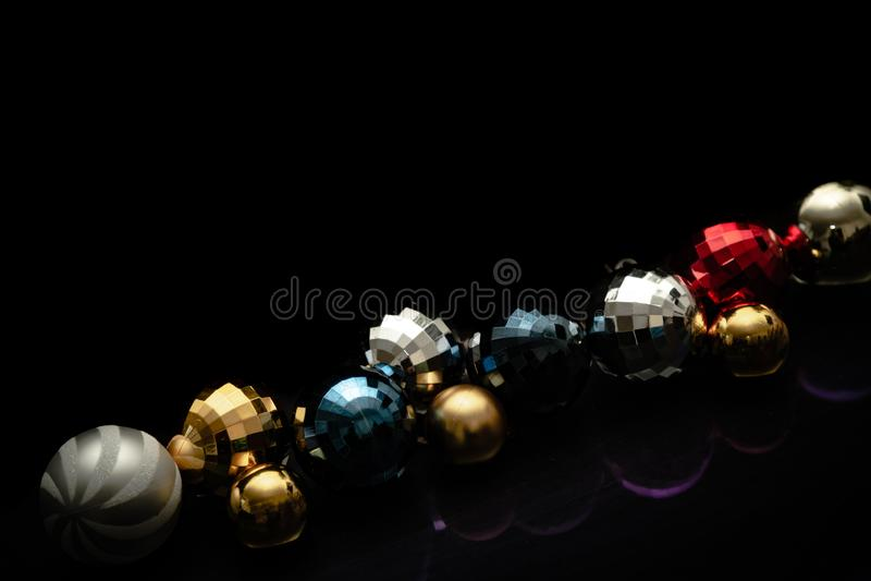 Chucherías motivo colorido, línea de la Navidad con las chucherías foto de archivo