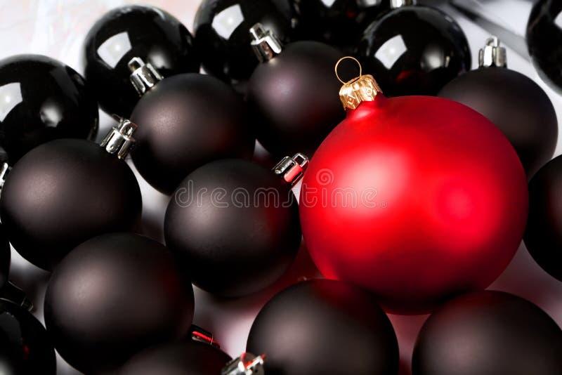 Chucherías negras y rojas de la Navidad. foto de archivo