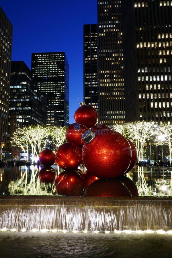 Chucherías rojas gigantes del árbol de navidad, Nueva York, fotografía de archivo