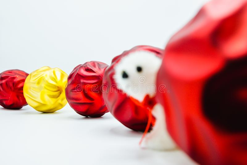 Chucherías rojas y de oro onduladas vivas de la Navidad en el juguete blanco del oso polar de la pizca fotos de archivo
