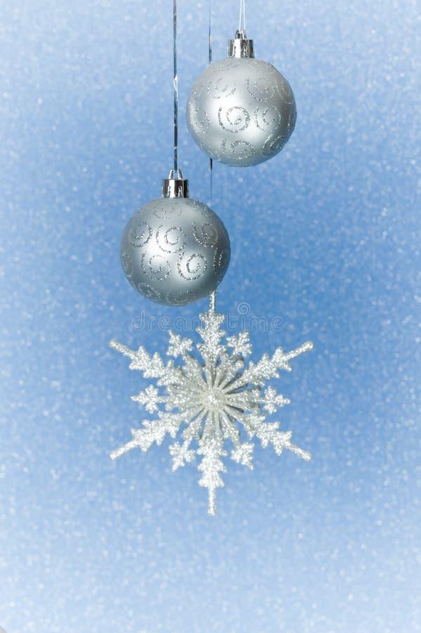 Chucherías y copo de nieve de plata de la Navidad fotografía de archivo