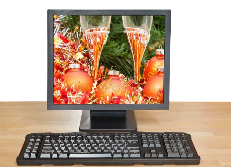 Chucherías y vidrios anaranjados en PC de sobremesa fotografía de archivo