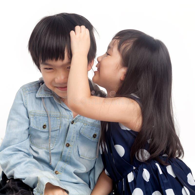 Chuchotement d'enfants image stock