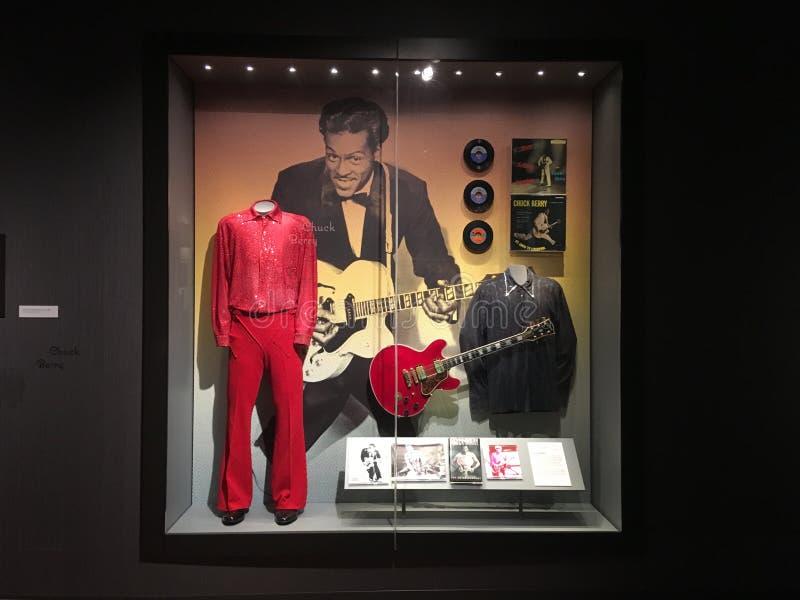 Chuck Berry Guitar och dräkt i det nationella deppighetmuseet royaltyfria bilder