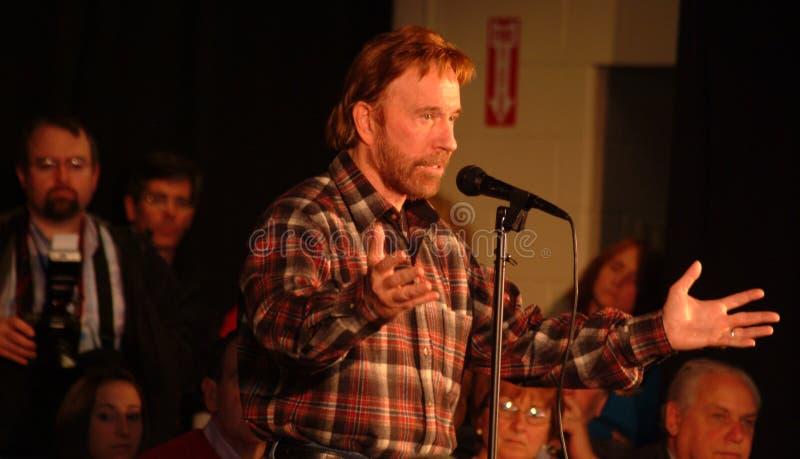 Chuck Norris stubbar för Mike Huckabee fotografering för bildbyråer