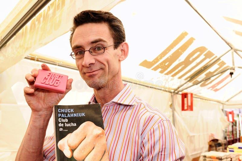 Chuck Palahniuk författaren av den nya slagsmålklubban, som gjordes också in i en spelfilm, tecken bokar i gatorna av Barcelona royaltyfria foton