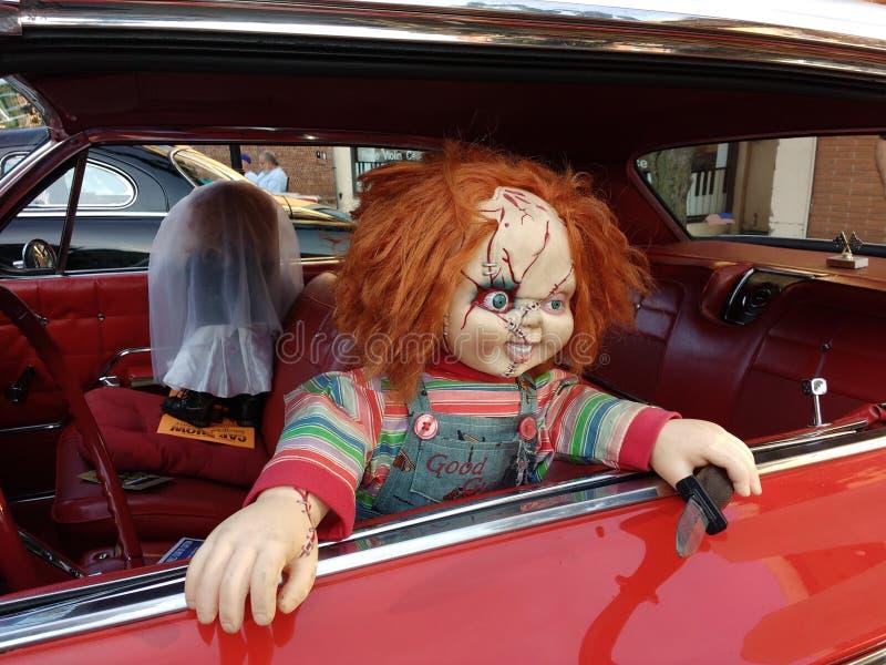 Chucky Doll em um carro do vintage, caráter do filme de terror fotografia de stock