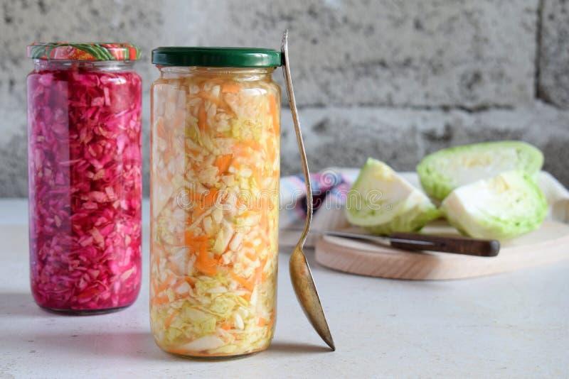 Chucrut en el tarro de cristal, la col adobada, la zanahoria y remolachas Comida probiótica y fermentada salmueras Estafa vegetar imágenes de archivo libres de regalías