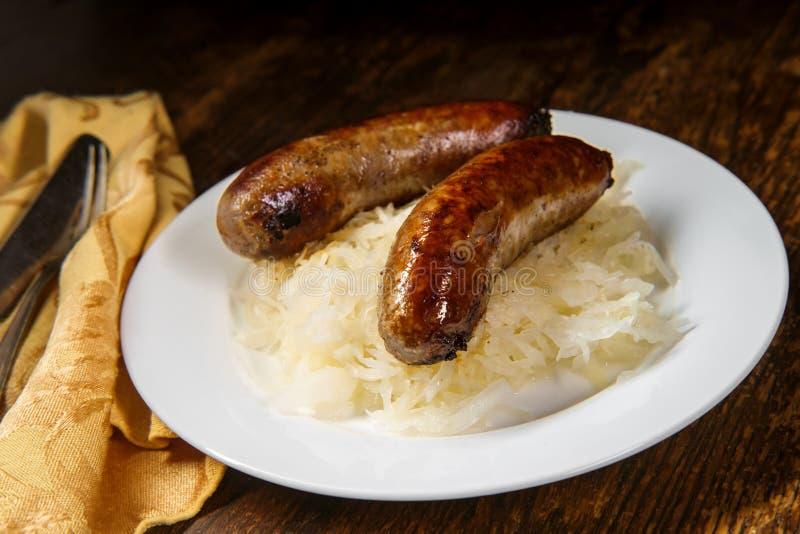 Chucrute alemão da bratwurst imagens de stock