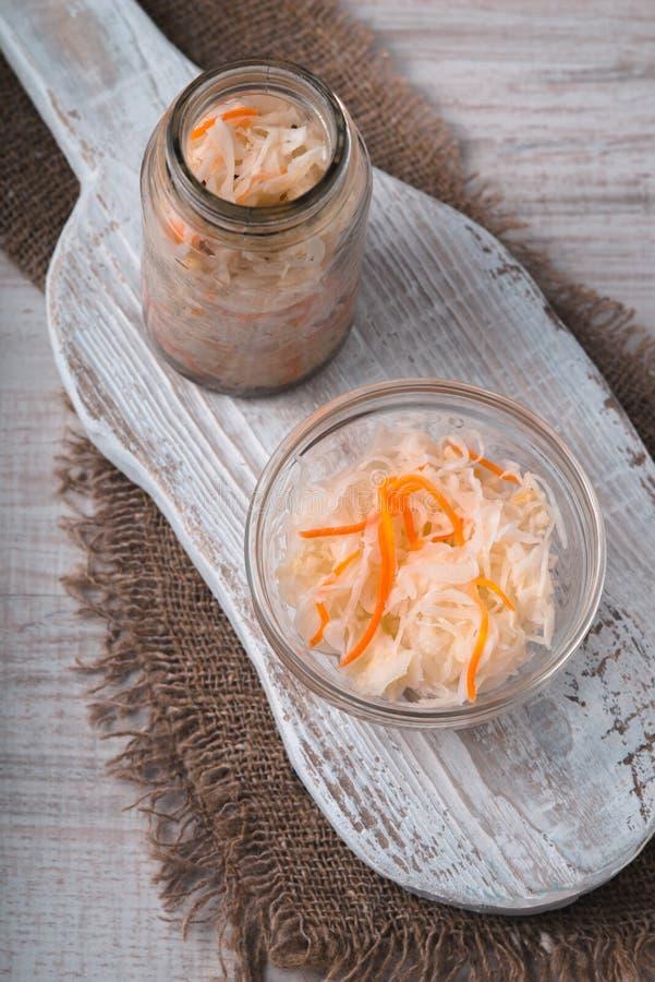 Chucrute com as cenouras no potenciômetro e na bacia casa-feitos imagem de stock royalty free