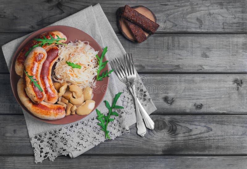 Chucrute com as salsichas fritadas de Munich imagens de stock royalty free