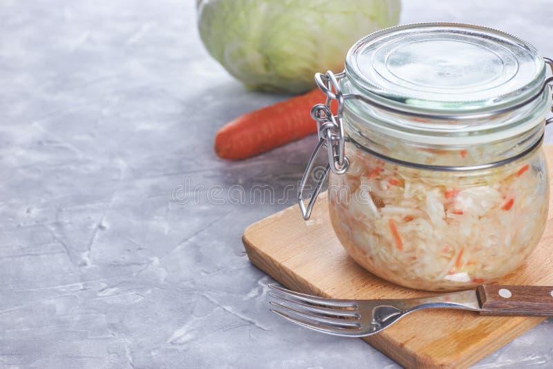 Chucrute da casa com salada em um frasco de vidro vista vertical, close-up composição de legumes frescos e de chucrute imagens de stock