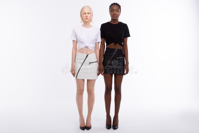 Chuderlawi modele z zadziwiającymi ciałami jest ubranym ten sam stroje obrazy royalty free